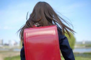 学校へ通う女の子の後ろ姿