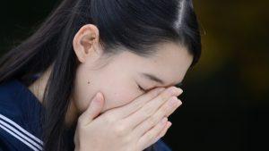 泣く女子中学生