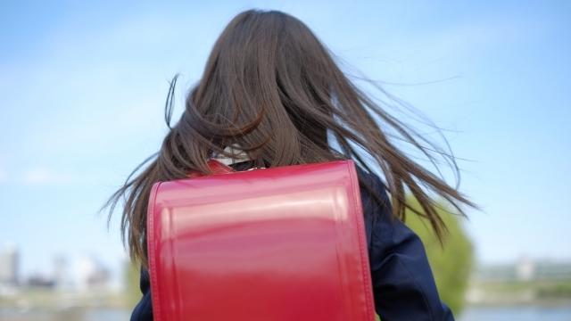 通学する女の子の後ろ姿